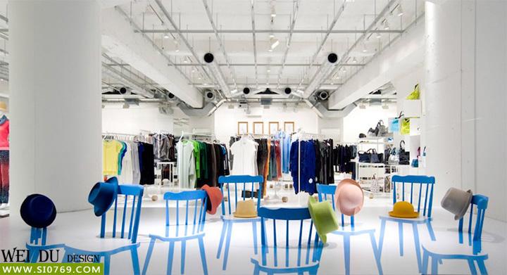 日本东京的这家三宅一生专卖店设计非常具有特色,展示道具就是椅子背靠的一部分,天蓝色的3D立体形状,配上2D的彩绘倒影,一幅2D3D的立体画面形成非常大的视觉冲击,店铺设计整体采用白色简约风格,这也是山本模式的代表,橱窗2D3D陈列展示形成的强大的视觉冲击,吸引顾客进店消费.
